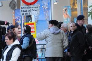 Wolfgang Lechner wartet darauf, dass er hinter die Absperrung darf... Wien, 8. Mai 2011