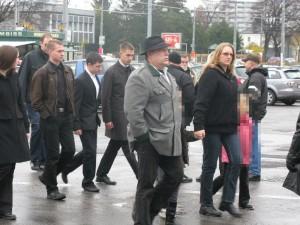 Martin Sellner (4. von links) kommt gemeinsam mit Felix Budin (Ex-VAPO, 2. v.l. hinter Sellner) und Gottfried Küssel (vorne mit Hut, Ex-VAPO und Aktion Neue Rechte) sowie anderen jungen Kameraden zum Gedenken an den Luftwaffenpiloten und Held der Nationalsozialisten Walter Nowotny. Wien, 9. November 2008